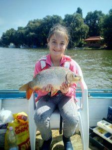Gyermek horgász nagy élménye ! Sebe Dorka 10 éves Mezőkövesdi gyermek horgász 2019.Július 28-án édesapjával a Tisza folyón, Tiszacsegei részen horgászott. Úszós szerelékével egy gyönyörű 2,75 kg-os tőpontyot fogott. Ez a tőponty az eddigi legnagyobb fogását és élményét jelentette neki! Gratulálunk és további szép élményeket kivánunk neki!